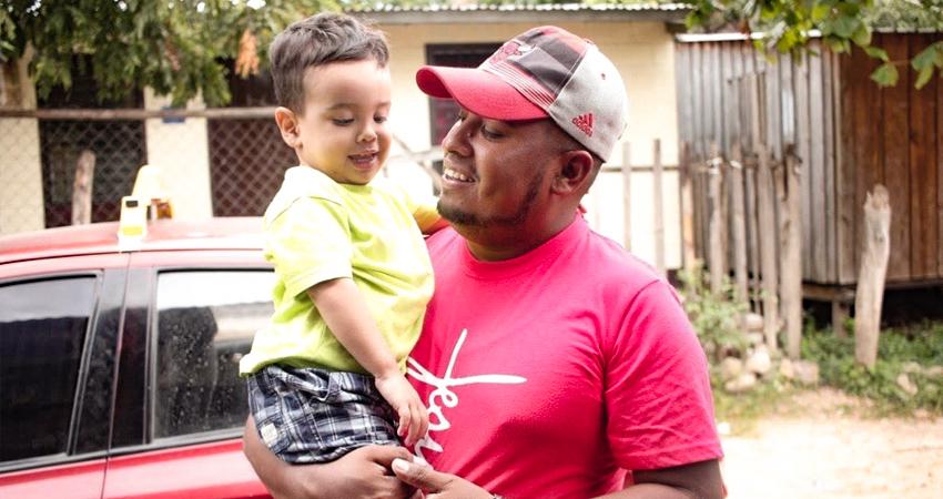 Diomer Talavera: un taxista que canta para inspirar a sus pasajeros