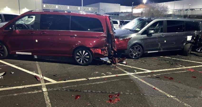 Un exempleado de una fábrica de Mercedes-Benz en España ha sido acusado de destrozar más de medio centenar de furgonetas con una retroexcavadora en el estacionamiento de una sede de la compañía alemana en la ciudad de Vitoria.