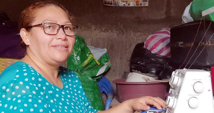 Brenda Ruíz indica que una forma es restaurar uniformes ya usados. Foto: Famnuel Úbeda/Radio ABC Stereo
