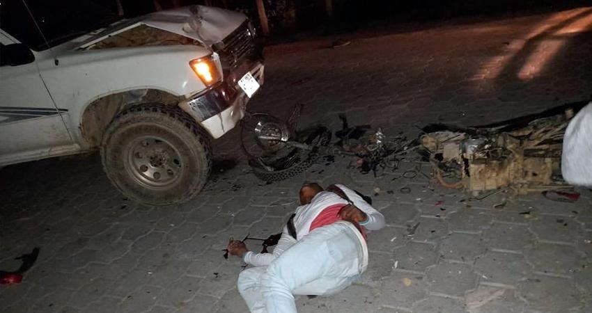 La víctima de 18 años chocó su motocicleta contra una camioneta, resultando con fracturas en manos y rodillas.