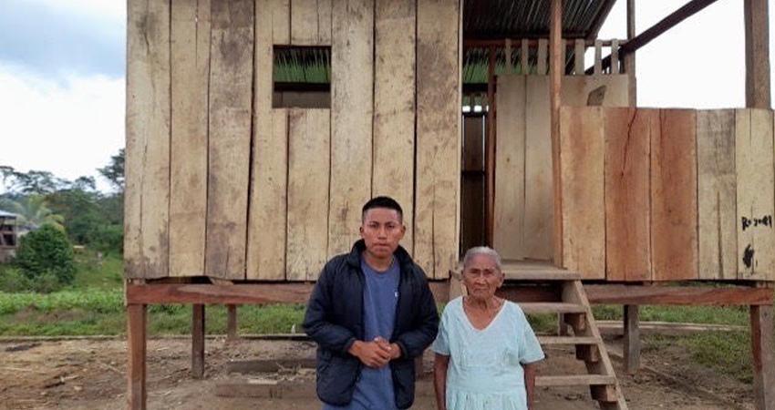 Meta cumplida. El estudiante de medicina Ricky Pineda impulsó una campaña a favor de una ancianita indígena que perdió todo tras el paso del huracán Iota. Con ayuda logró reconstruir su humilde vivienda.