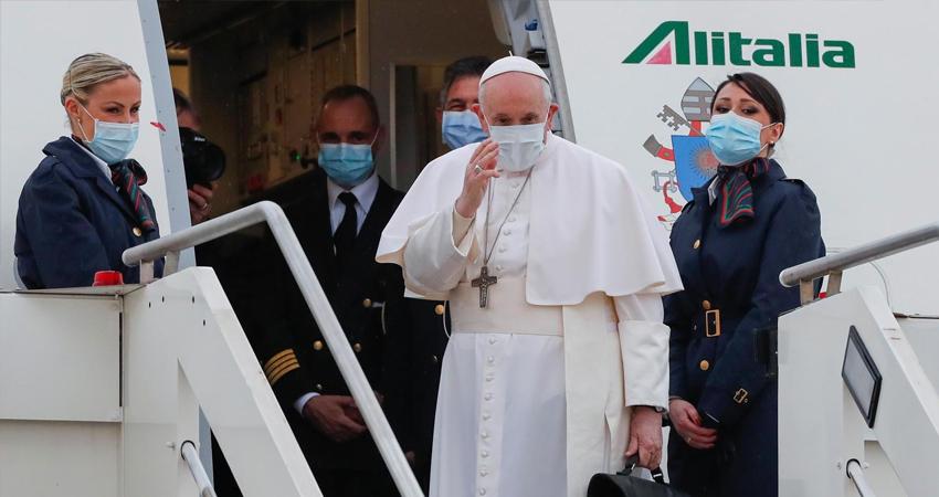 """El Pontífice aterriza en Bagdad en un viaje que desafía la seguridad y la pandemia y reivindica la soberanía del país ante los """"intereses externos"""""""