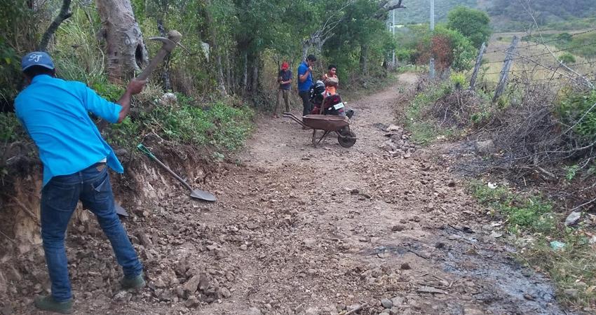 El camino es reparado por los comunitarios. Foto: Juan Fco. Dávila/Radio ABC Stereo