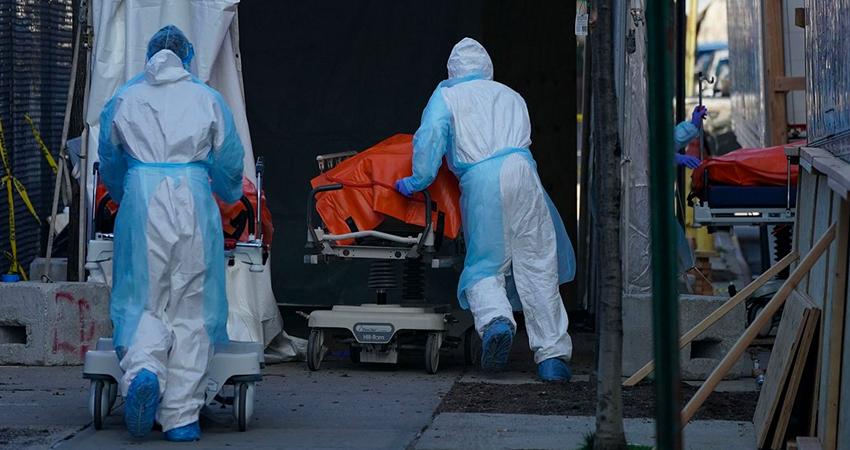 Estados unidos registró este miércoles casi 2.600 muertes por coronavirus, un nuevo récord diario.