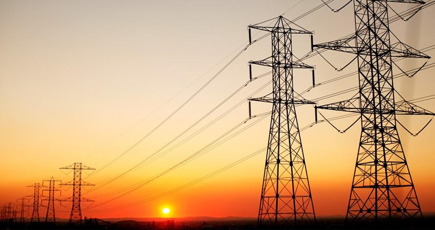 Tarifa de energía eléctrica debería bajar a la mitad, según economista