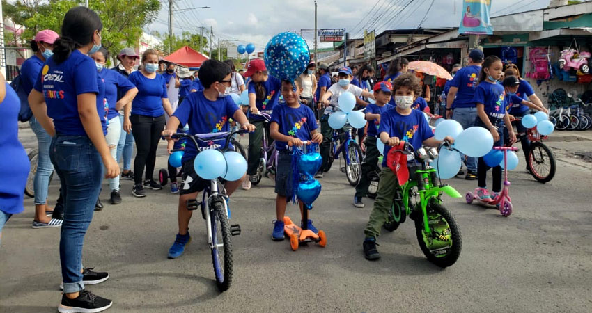 En bicicleta y patinetas, niños recorrieron las calles de Estelí en una actividad que busca hacer conciencia sobre el Autismo.