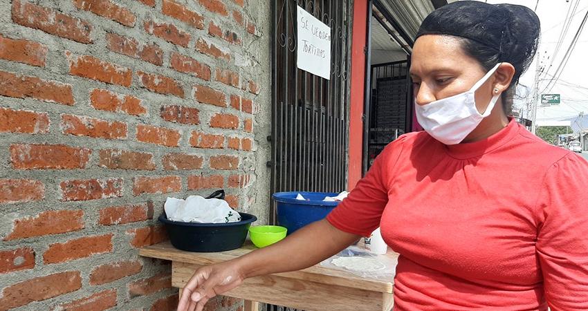 Elizabeth López tiene pocos días de haber puesto su pequeño negocio. Foto: Famnuel Úbeda/Radio ABC Stereo