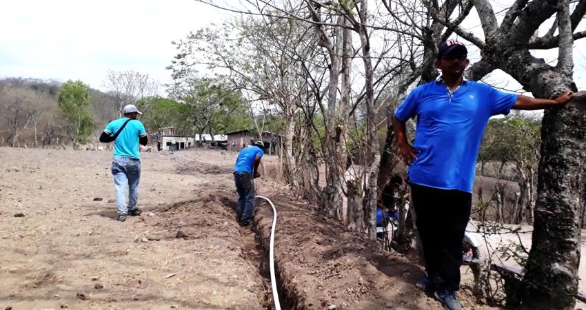Pobladores realizando instalación de tuberías. Foto: Martha Celia Hernández/Radio ABC Stereo