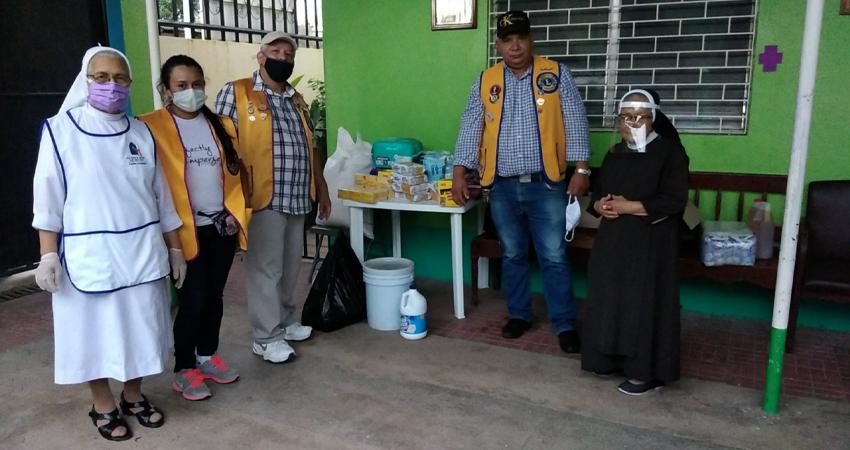 Miembros del Club de Leones haciendo entrega del donativo. Foto: Juan Francisco Dávila/Radio ABC Stereo