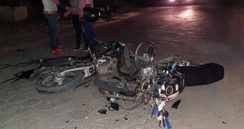 A los 25 años de edad perdió la vida el motociclista Alexander Gutiérrez, quien presuntamente le invadió carril a otro conductor.