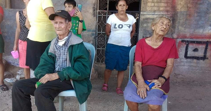 Los ancianitos estuvieron en riesgo de ser alcanzados por las llamas pero lograron ser evacuadas a tiempo. Su humilde vivienda fue consumida por el fuego, por lo que un grupo de pobladores ha empezado a promover una colecta para ayudarles.