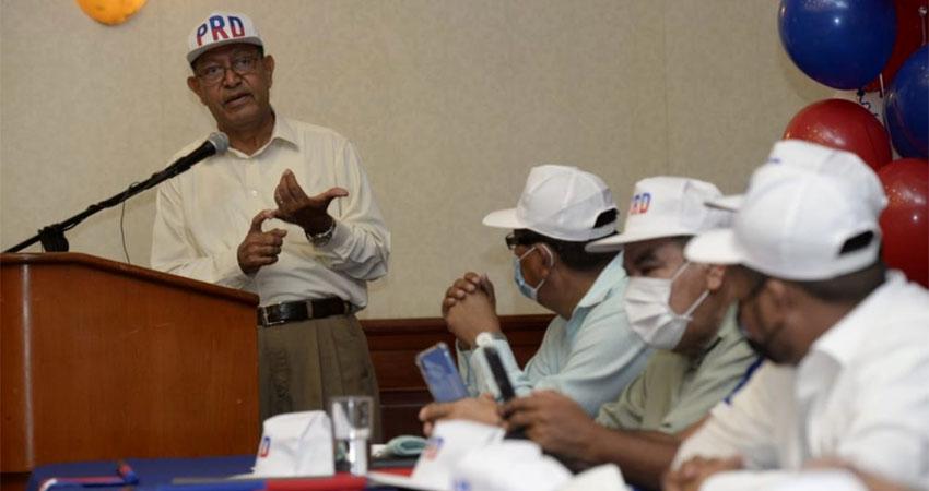 Saturnino Cerrato, presidente del PRD, con miembros del partido. Foto: LA PRENSA/JADER FLORES