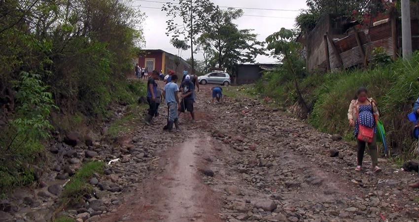 Habitantes trabajaron en conjunto para reparar la calle. Foto: Juan Fco. Dávila/Radio ABC Stereo