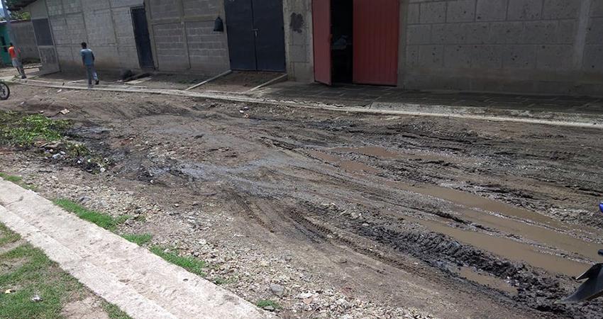 La calle está ubicada cerca de la Escuela Primaria del barrio Villa Esperanza. Foto: Juan Fco. Dávila/Radio ABC Stereo