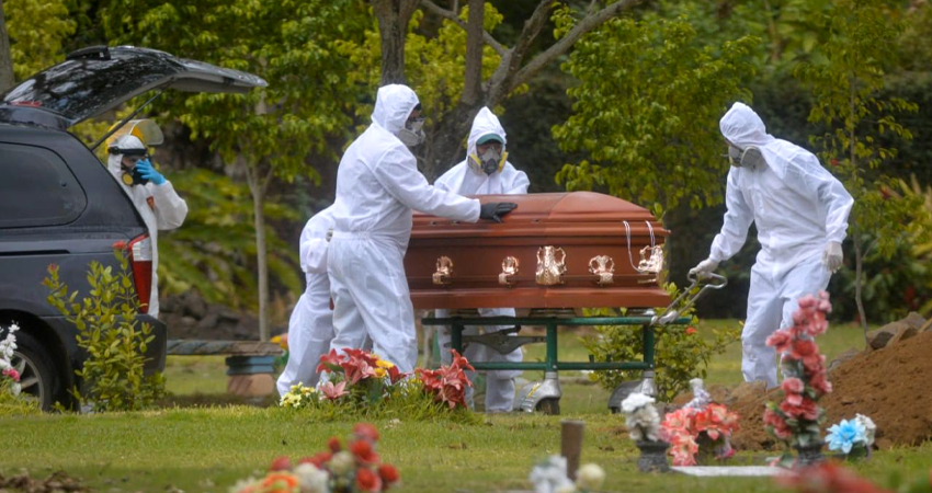 Vestidos con trajes especiales para prevenir el contagio se encargan de realizar los entierros inmediatos. Foto: Cortesía/LA PRENSA
