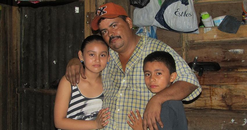 José Ramón Reyes, padre esteliano junto a sus hijos. Foto: Archivo: Famnuel Úbeda/Radio ABC Stereo
