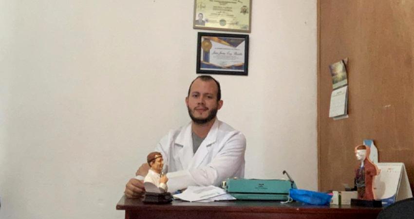 El Dr. Josué Cruz Bonilla se contagió de Covid-19 según su autodiagnóstico y guarda cuarentena desde su casa. Foto: Cortesía
