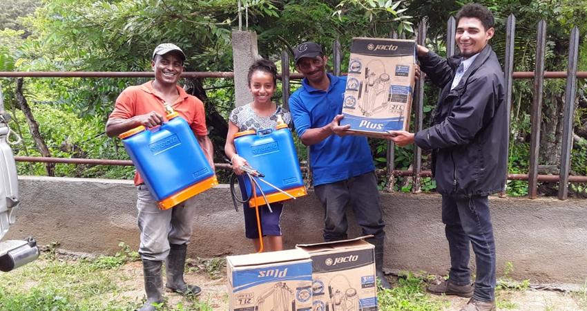 Beneficiarios recibiendo sus equipos. Foto: Cortesía/Radio ABC Stereo