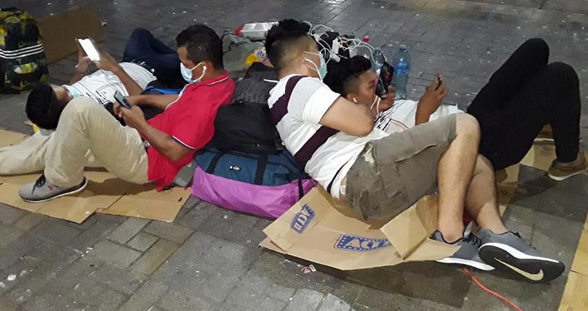 Mientras esperan, los nicaragüenses han tenido que dormir en el suelo. Foto: Cortesía