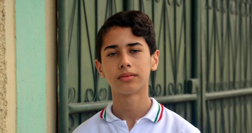 Un joven de mente brillante y con futuro prometedor. Carlos Escorcia es un estudiante destacado y campeón nacional de ajedrez. Su sueño es convertirse en ingeniero químico y logró conseguir una beca en Costa Rica, para viajar necesita cubrir gastos que su familia no puede pagar.