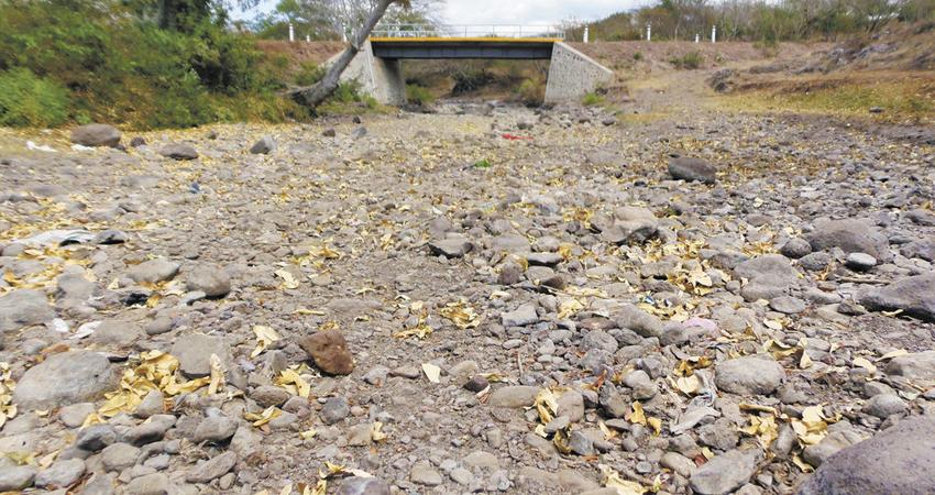 Sin agua en pozos ni ríos, a esa realidad se enfrentan los comunitarios que esperan con ansias que pronto llueva, pues la situación es crítica.