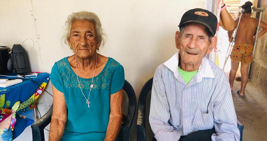 """""""Estoy feliz, mi corazón está alegre"""", con esas palabras agradecen a la población que en menos de un mes logró construir una nueva y mejorada vivienda para los ancianitos. Ahora es una casa sólida construida con las bases del amor y la solidaridad."""