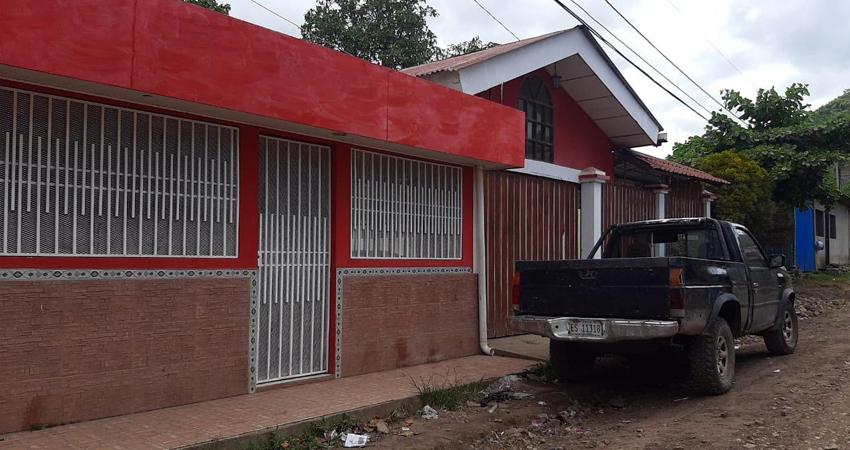Los ladrones entraron por la puerta principal mientras los habitantes de la casa dormían.