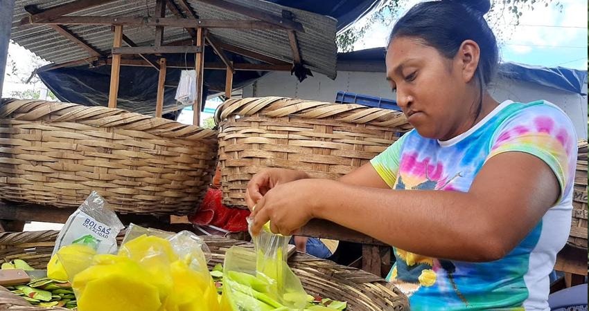 Claudia López se dedica a la venta de frutas. Foto: Famnuel Úbeda/Radio ABC Stereo