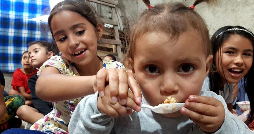 Niños en el Huerto de Bendición. Foto: Famnuel Úbeda/Radio ABC Stereo