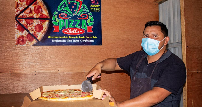 El joven Silvio José López es licenciado en el idioma inglés pero decidió emprender con un negocio de pizza ante la falta de empleo. Foto: Famnuel Úbeda/Radio ABC Stereo