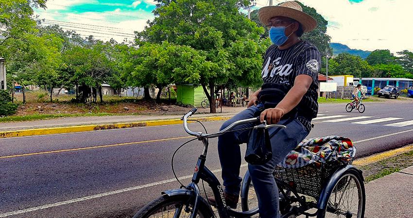 Lucho es como es conocido Álvaro Eliud Tercero, quien sale a vender a las calles para conseguir graduarse de maestro. Foto: Famnuel Úbeda/Radio ABC Stereo
