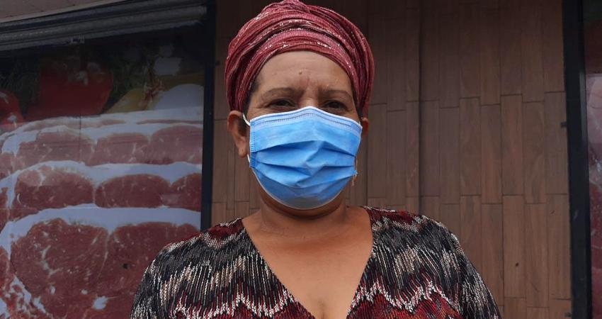 """""""Sin trabajar, uno no puede comprar todo lo que necesita"""", lamenta doña Nora Irías. Foto: Famnuel Úbeda/Radio ABC Stereo"""