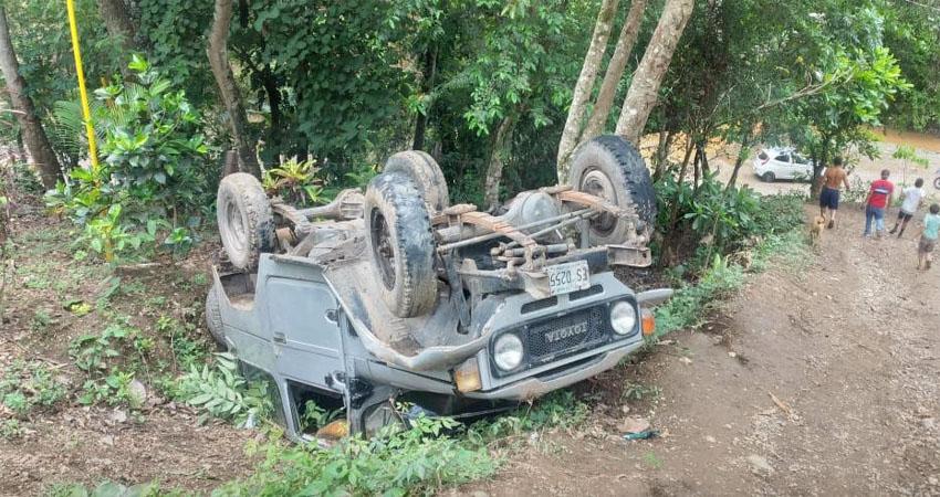 Aparentemente el vehículo se apagó mientras subían una cuesta. Tras dar varias vueltas, el joven conductor resultó con lesiones de consideración.