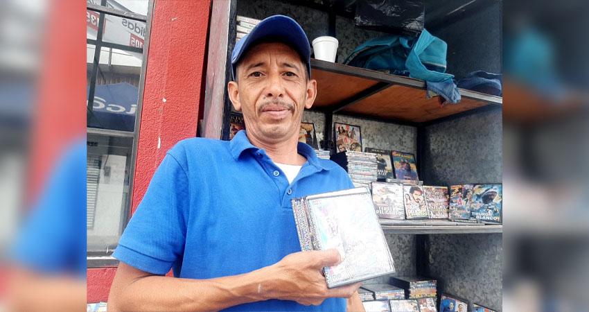 Francisco Alaniz Ruíz, vendedor de CD y DVD. Foto: Famnuel Úbeda/Radio ABC Stereo