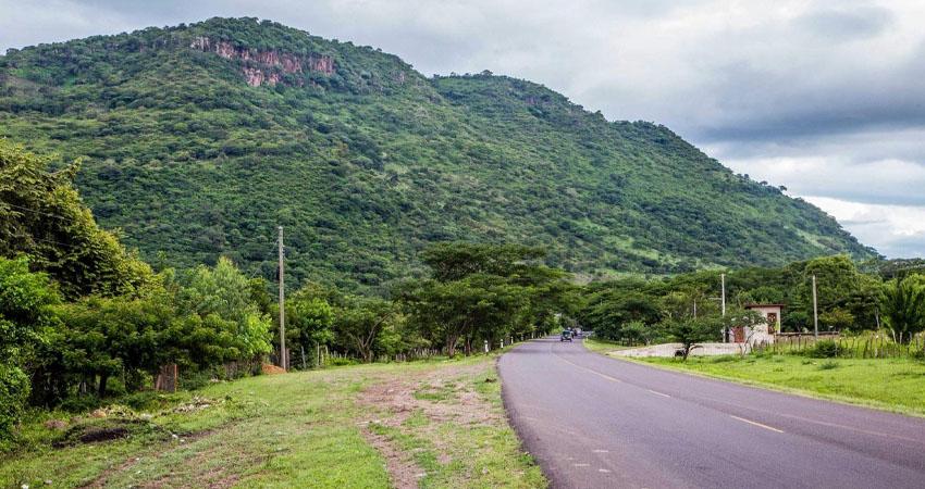 Sin duda, al pasar por La Trinidad uno de los cerros que se impone es el de La Mocuana, cuyo nombre está asociado a la leyenda de una bella indígena que se enamoró de un español y fue encerrada en una cueva.