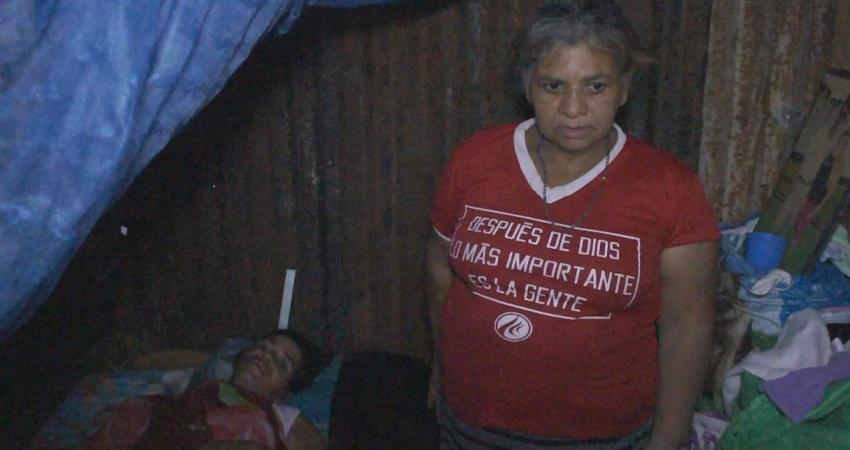 Doña Edelmira Rivera junto a su hija. Foto: Juan Fco. Dávila/Radio ABC Stereo