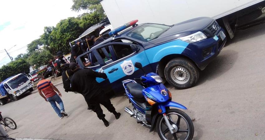 Agentes de la policía se hicieron presentes en el lugar pero no lograron encontrar a la sospechosas. Foto: Famnuel Úbeda/Radio ABC Stereo