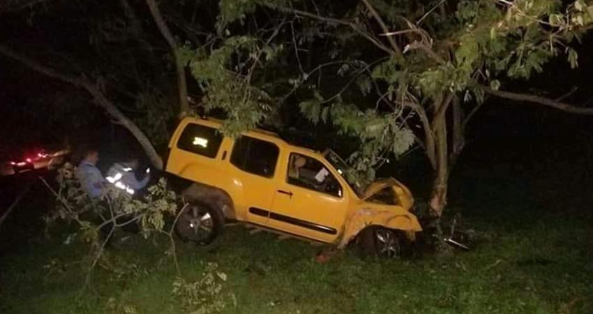Camioneta se estrella contra un árbol en Condega