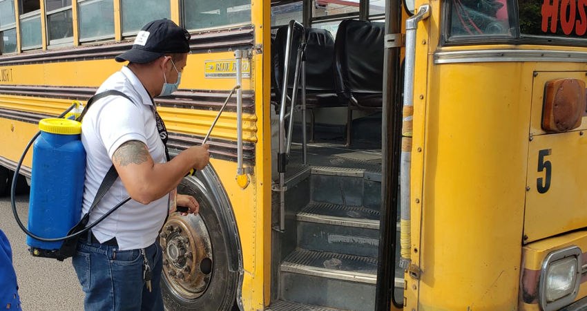 Buses y taxis están siendo desinfectados como medida preventiva. Varios habitantes han pedido que en las unidades de transporte sea exigido el uso de mascarilla para pasajeros y conductores.