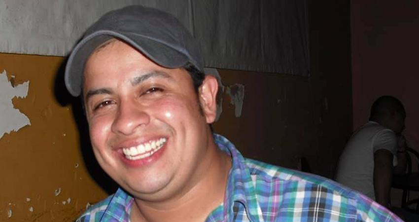 El doctor Elim Bautista Jarquín falleció el pasado viernes. Durante su último adiós le acompañó una caravana de vehículos, donde destacó una bata médica que representa el trabajo que tanto le apasionaba.