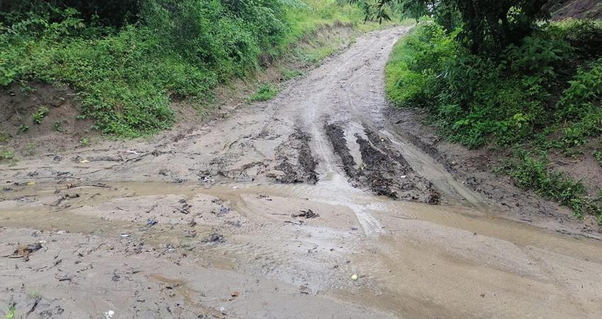 Los pobladores demandan respuesta de las autoridades municipales ante sus solicitudes. Aseguran que la vía es intransitable y la última vez que la repararon fue hace ocho años.