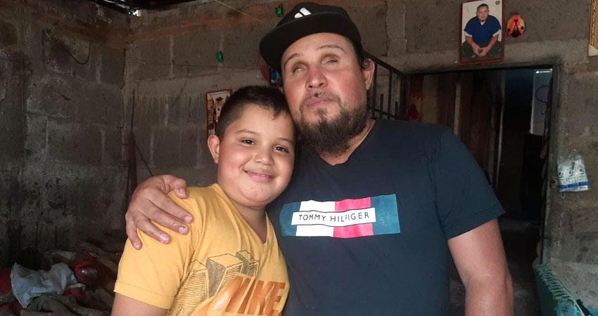 Dervin junto a su hijo Jurán Hernández. Foto: Famnuel Úbeda/Radio ABC Stereo