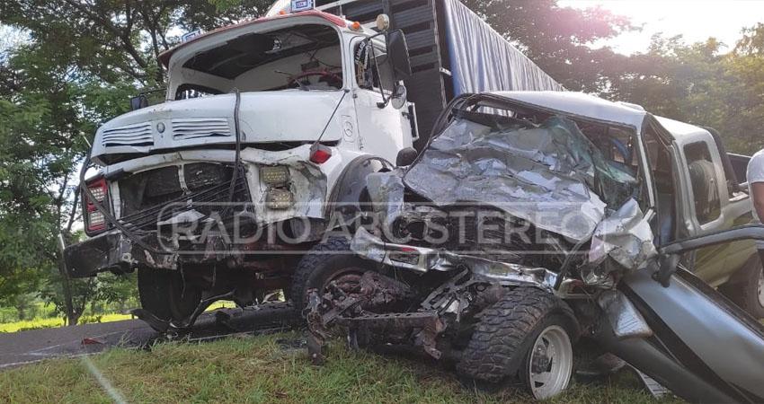 El  accidente provocó que el tránsito vehicular se haya visto interrumpido. Foto: Radio ABC Stereo.