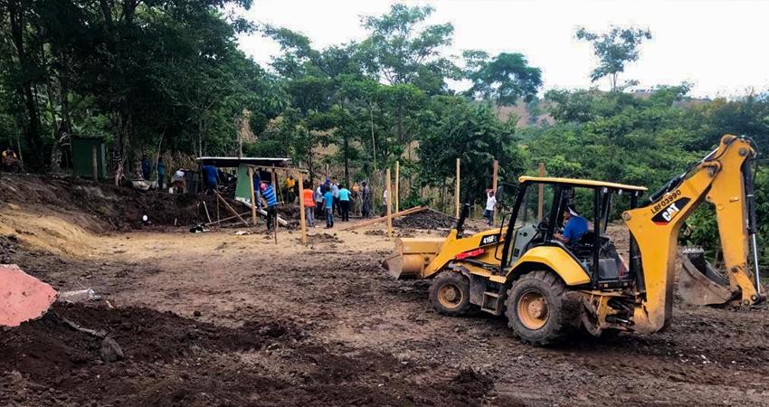 Con ayuda de un organismo no gubernamental y mano de obra de la población. La antigua escuela, construida de madera, fue demolida para dar lugar a la nueva estructura.