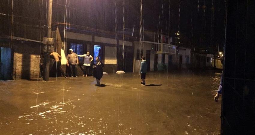 Grandes inundaciones provocadas por las recientes lluvias en Jinotega. Calles repletas de agua, fuertes corrientes cargadas de basura, caída de árboles y viviendas afectadas.