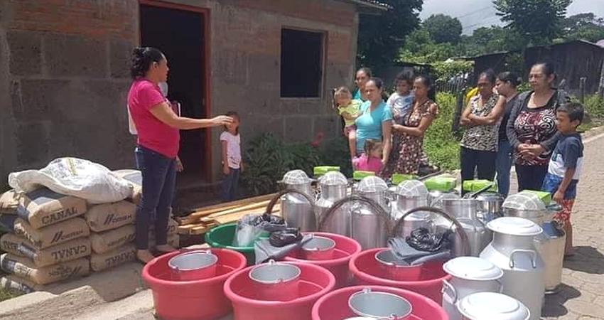 Por el empoderamiento e independencia de las mujeres rurales. Las beneficiarias recibieron materiales e insumos para mejorar el procesamiento de los lácteos.