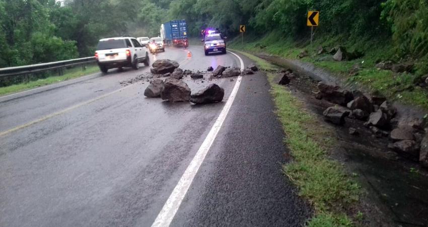 Ayer los bomberos se movilizaron a la Cuesta La Gavilana, donde un derrumbe inhabilitó un carril y afectó el tránsito vehicular.