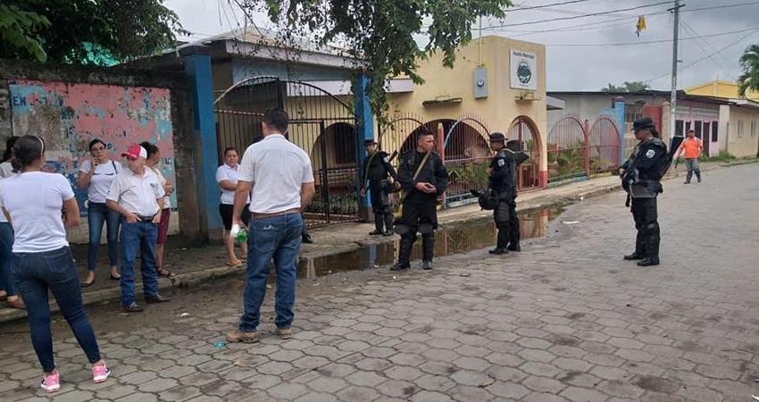 Agentes policiales le negaron la entrada a los trabajadores de la comuna y aparentemente los concejales sandinistas nombraron a una nueva alcaldesa.