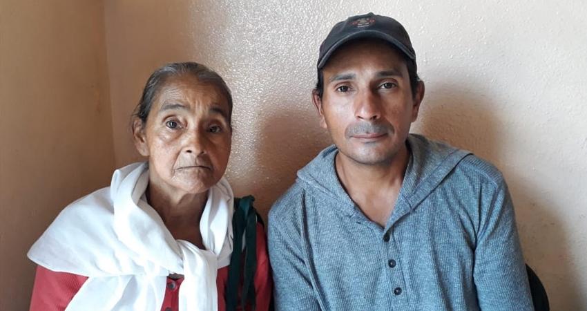 Mario está a cargo de su madre de 72 años. Él se quedó sin empleo formal y los trabajos que ha encontrado son temporales, la situación le impide darle los cuidados que ella necesita y confía encontrar ayuda en la población.