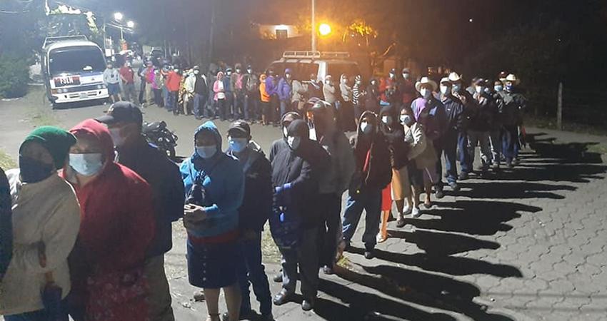A partir de la media noche de este lunes inició la jornada de vacunación en Jinotega, donde cientos de ciudadanos se dieron cita desde el sábado en los distintos puntos de vacunación.